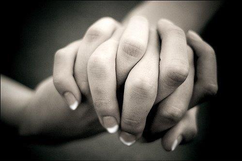 Uma das mais belas compensações desta vida  é que nenhum ser humano pode sinceramente  ajudar o outro sem que esteja ajudando a si  mesmo.(Ralph Waldo Emerson)
