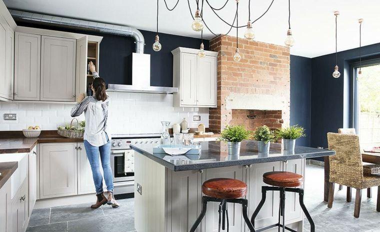 Esempio di arredamento cucina moderna con isola e sgabelli vintage