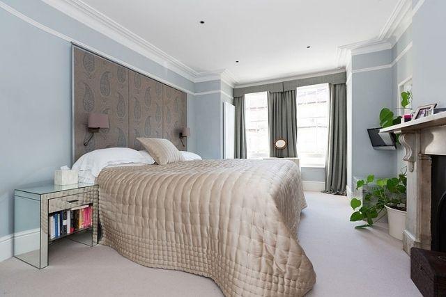 Elegant Schlafzimmer Modern Hellblaue Wandfarbe Stoffpaneel Deko