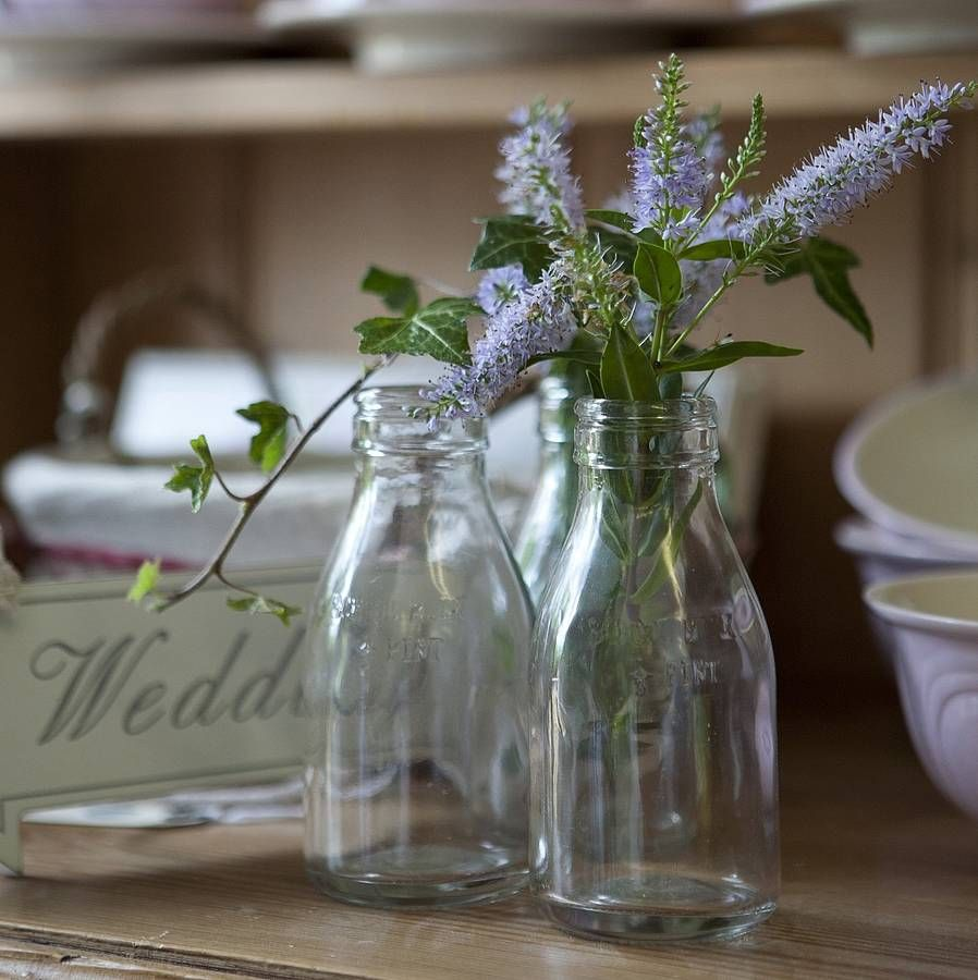 Mini milk bottles table decoration for holding flowers for Milk can table ideas
