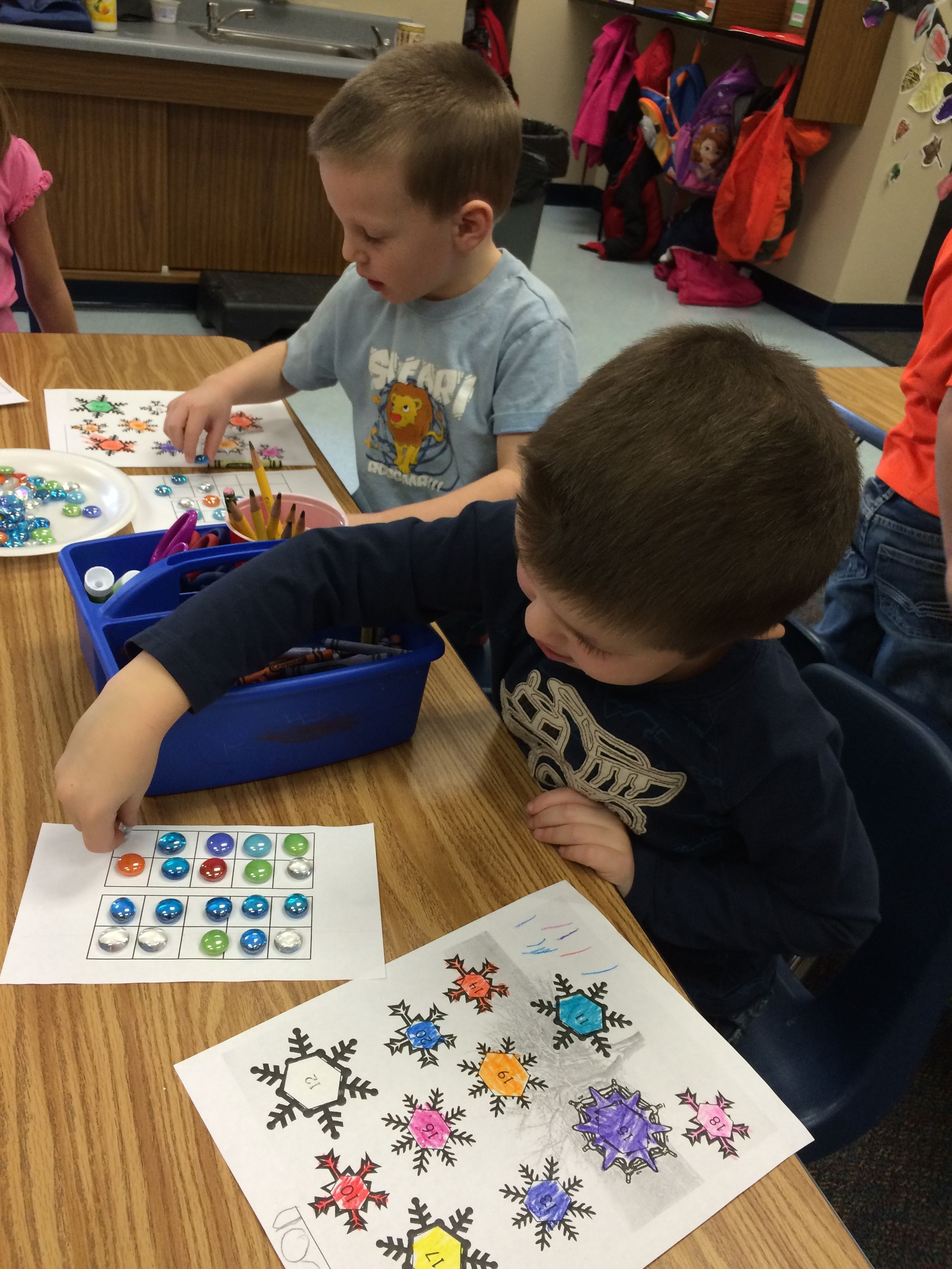 Kindergartners fill ten frames with quantities 10-20 and color the snowflake with the matching numeral.  Recognizing teen numbers FREE printable activity.  Math center or whole group.
