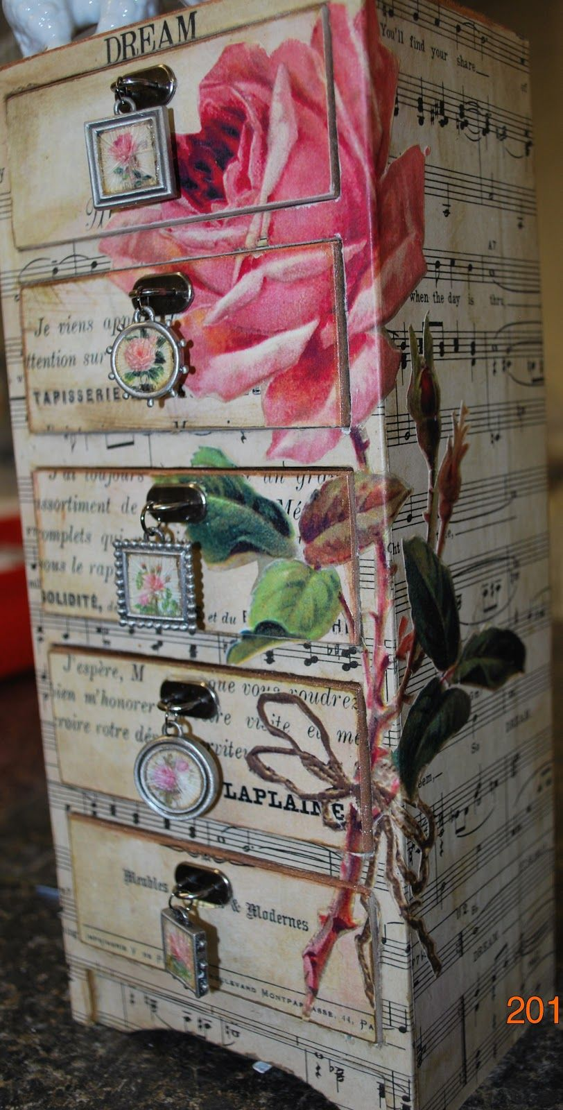 Beautiful decoupage of the painting with your own hands - lessons and photos of works