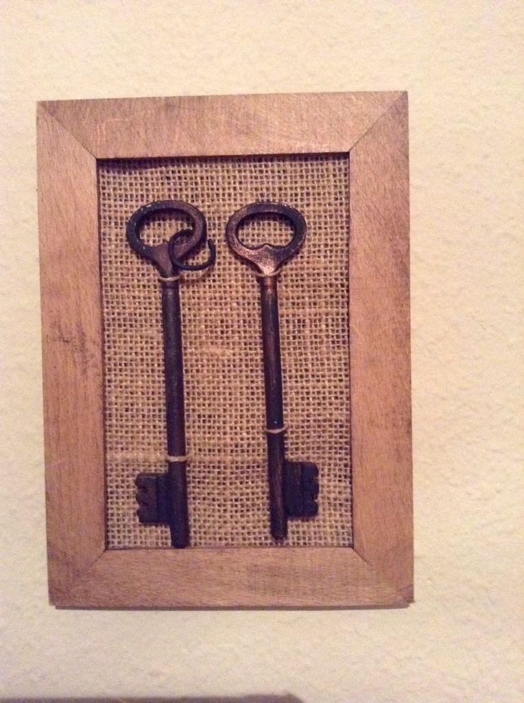 Con una llaves viejas, tela de saco y un marco...muy fácil y ...