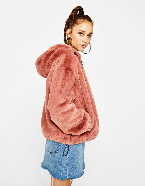 Los abrigos de chica must have de AW 2017 en Bershka. Compra abrigos de  pelo, de paño, plumíferos, gabardinas o anoraks de chica. ¡Para un look de  diez!