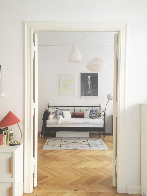 Blick ein geräumiges Altbauwohnzimmer. #altbau #wohnzimmer ...