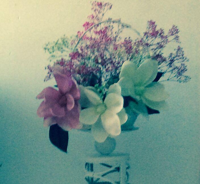 Canasta de florecitas rústicas.