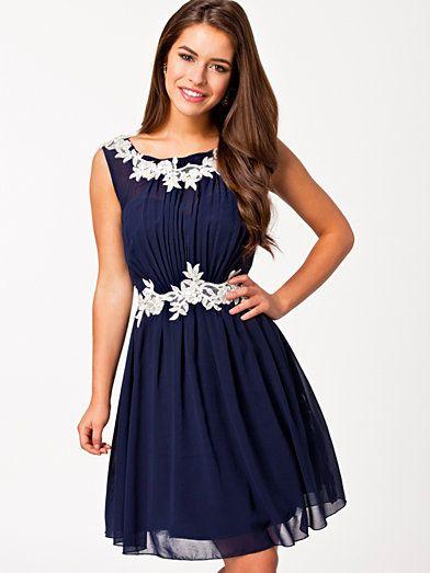Lace Detal Chiffon Dress - Little Mistress - Navy - Festklänningar - Kläder - Kvinna - Nelly.com