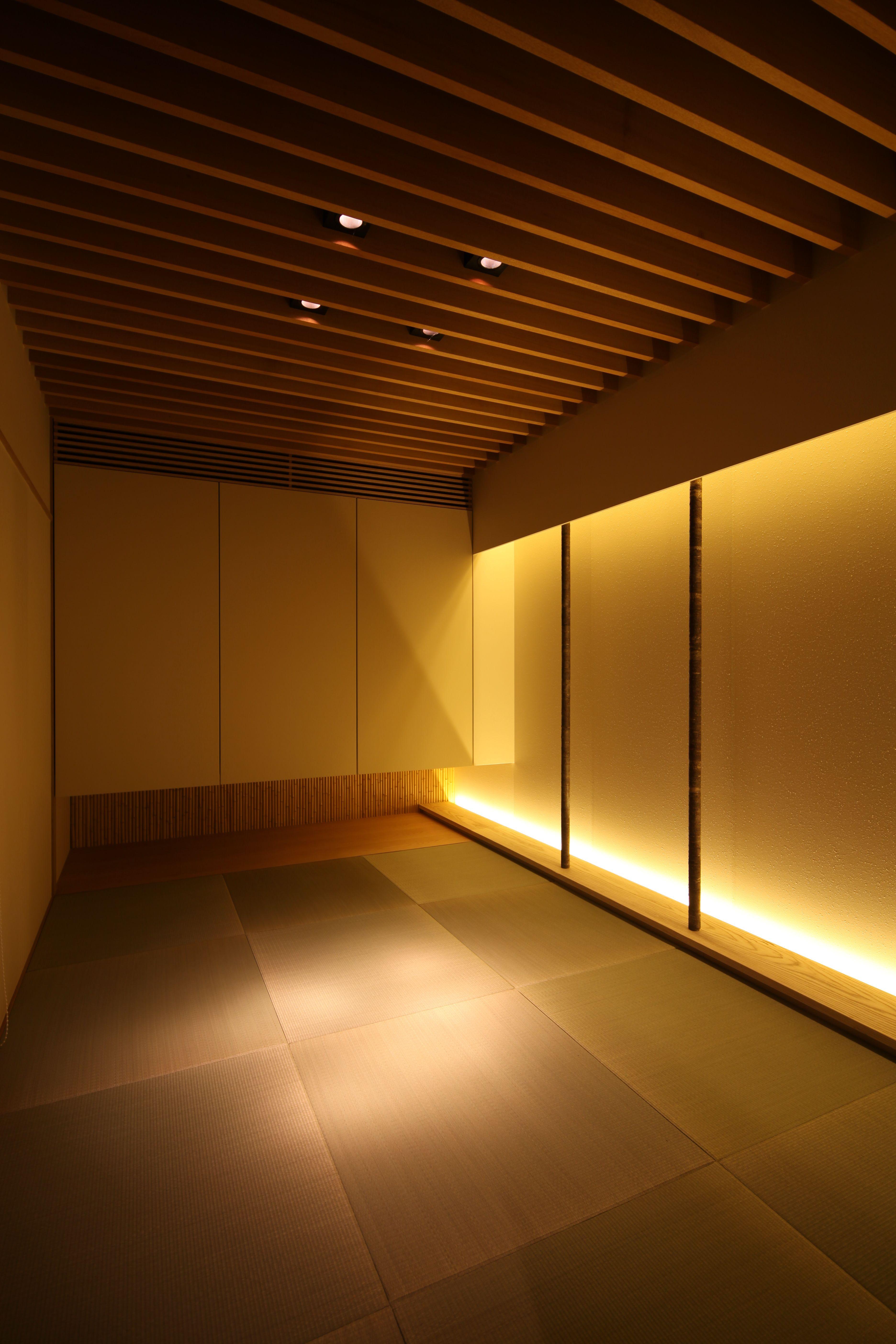天井のルーバーで空間にアクセントをつけています 照明は和室に合う