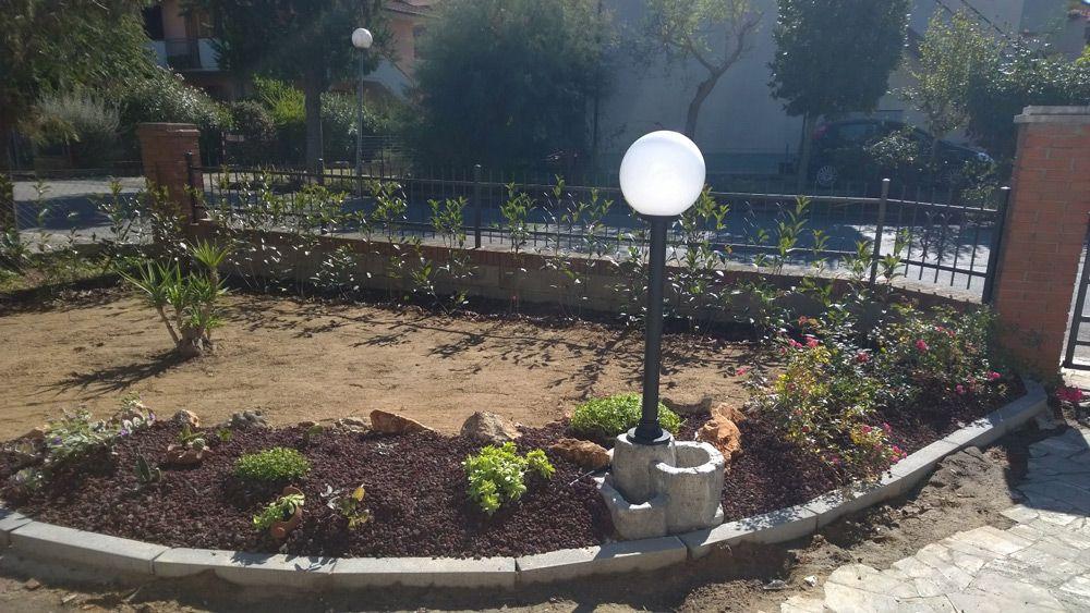 Base media in finta roccia per lampada da giardino finitura