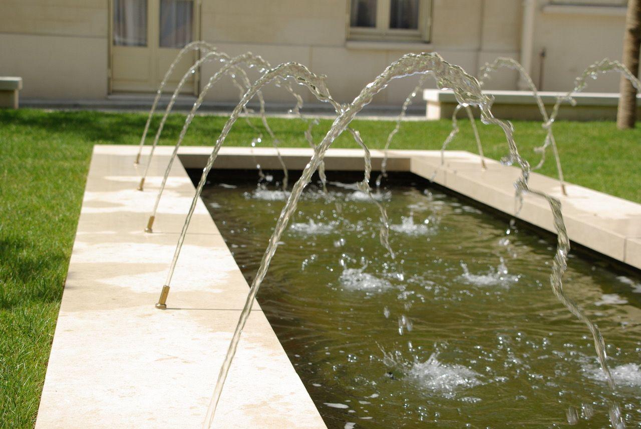 Jardin classique dans Paris. Jardin avec pièce d\'eau. Bassin et jets ...