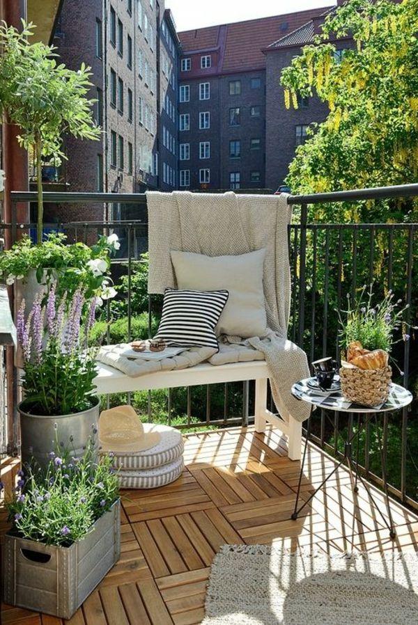 Kleiner Balkon Design Kleiner Tisch Holzfliesen Pflanzen