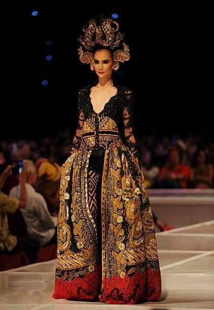 Malli esittelee malleja Anne Avantie klo Merenda kasih Show aikana hänen 25-vuotispäiväänsä muotisuunnittelija klo Pakuwon Imperial Ballroom on ...