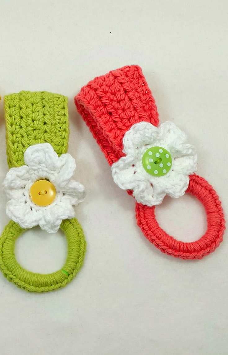 Daily Crochet - [Free Pattern] With This Daisy Holder, The Towel is ...
