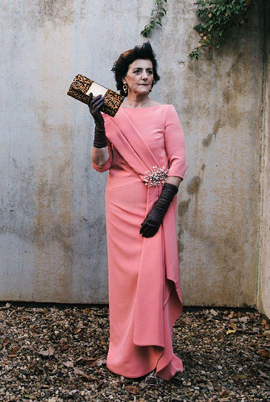 Vestido largo en rosa chicle con guantes negros y accesorios. Es una ...