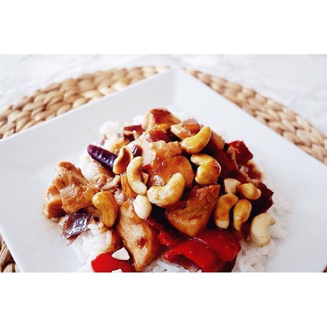 Herkullista, mutta nopeaa ruokaa arkeen. Hoi Sin -kana syntyy hetkessä, video reseptistä reseptisvengin facebookissa#hoisinsauce#chickendinner#quickmeal#helppoajahyvää#reseptiblogissa