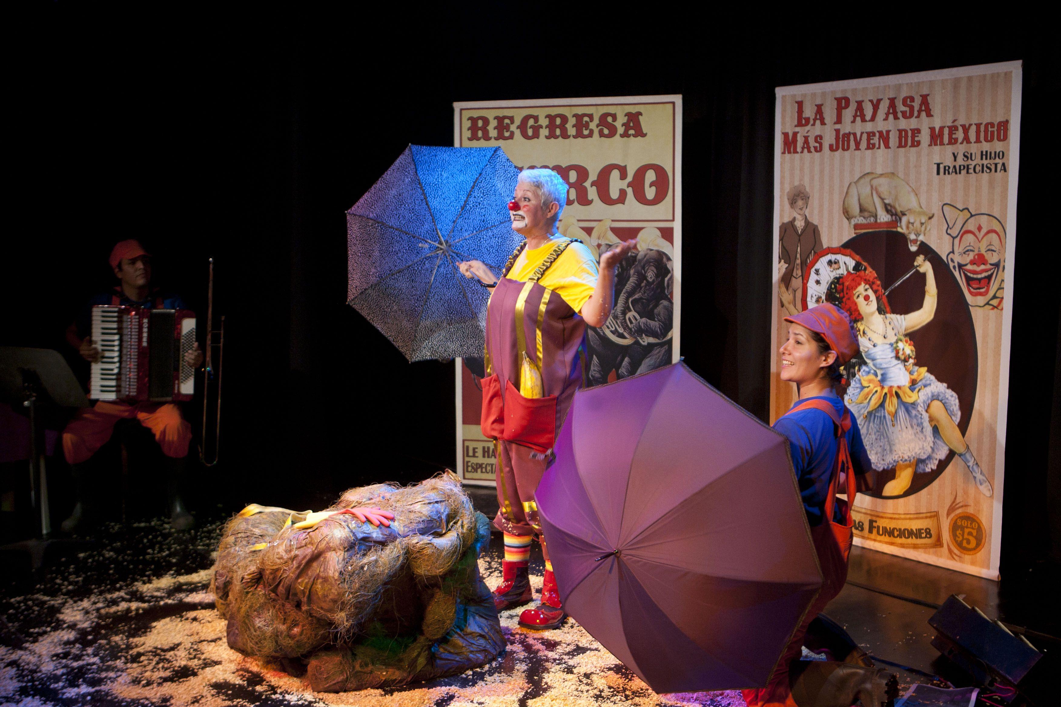 En el Foro a Poco No se monto la obra Menoclownsia, escrita y dirigida por Valentina Sierra, con la actuación de Sofía Álvarez. Foto Octavio Nava/Secretaria de Cultura
