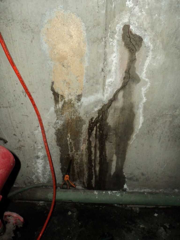 Water Stains Or Efflorescence On Concrete Walls Concrete Wall Water Stains Concrete