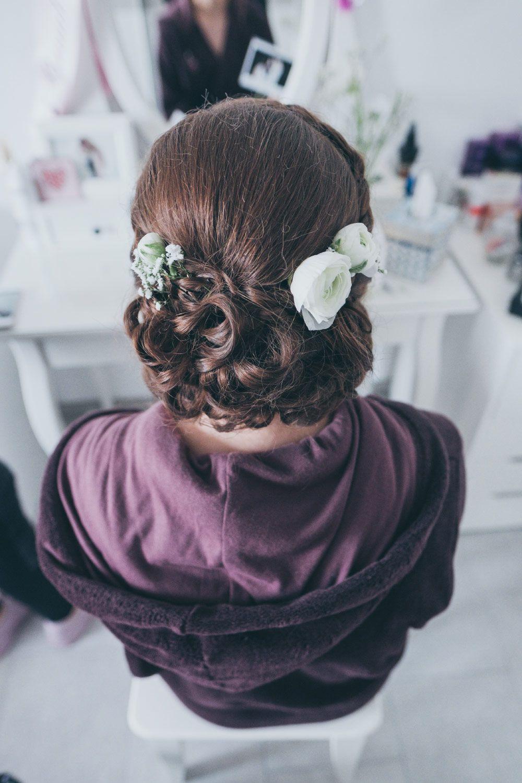 Eine Wirklich Schöne Brautfrisur Mit Echten Blumen Im Haar Foto