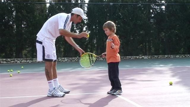 Good video for teaching the forehand technique to a child/ beginner.