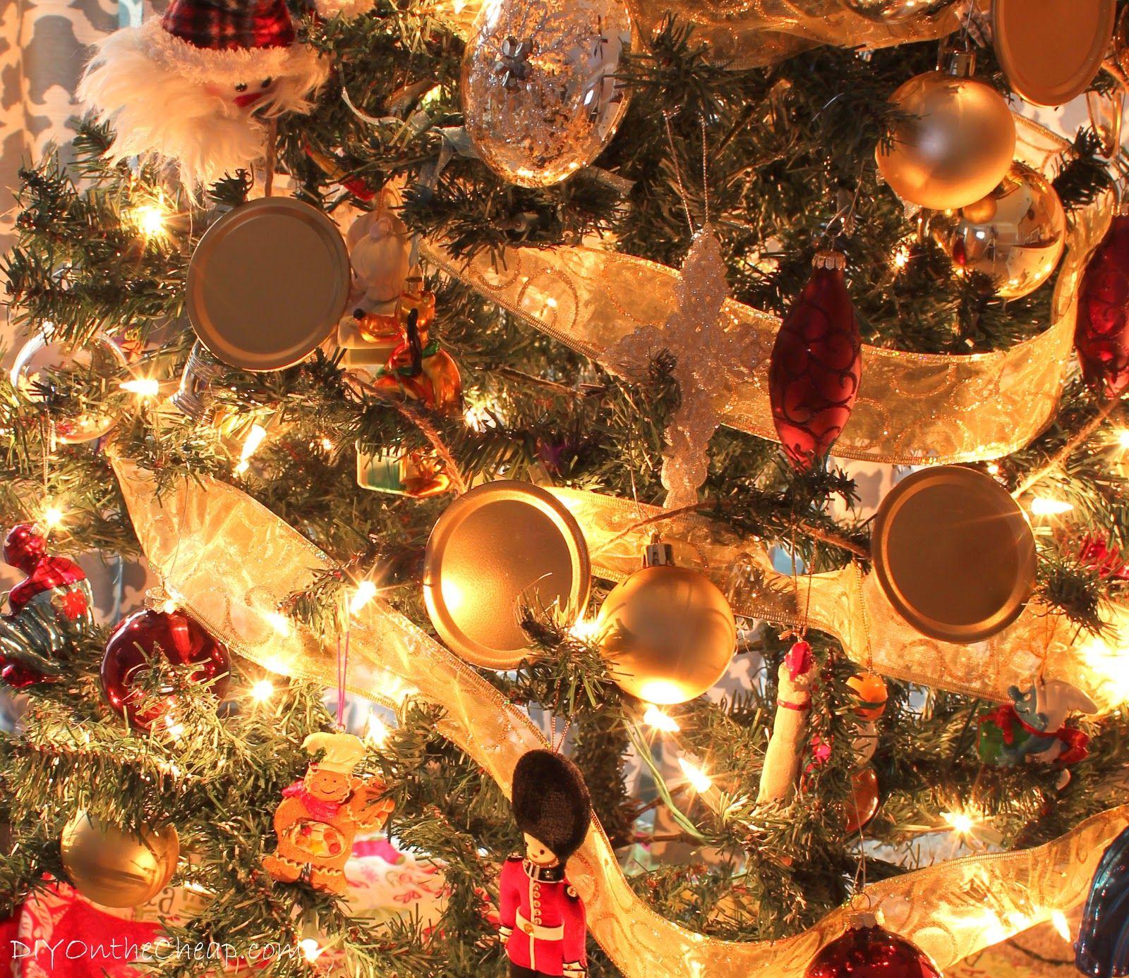 DIY Mason Jar Lid Christmas Garland
