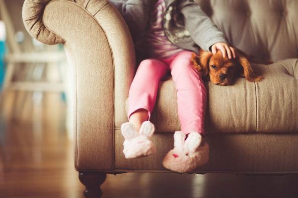 Niña sentada con su perrito