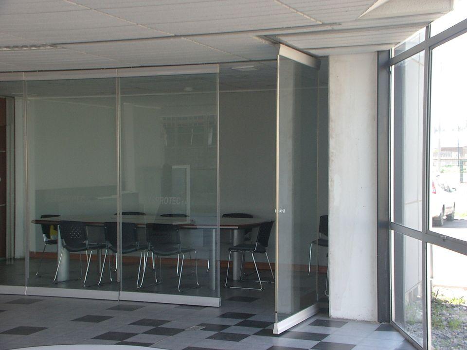 Paneles de vidrio modulares para la subdivisi n de reas estos paneles se desplazan con un - Paneles divisorios para oficinas ...