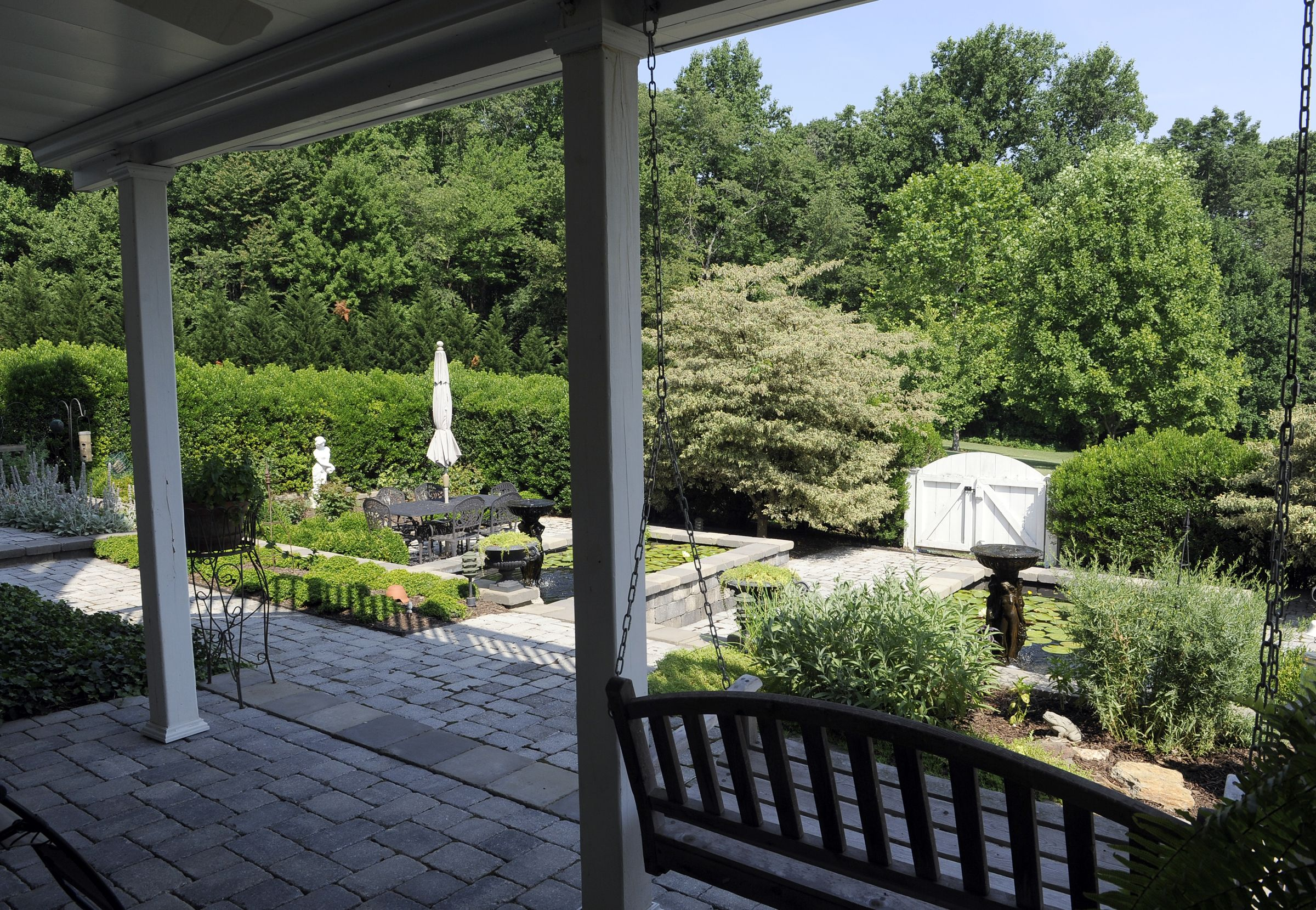 How this garden stay gorgeous year-round. #garden #gardening