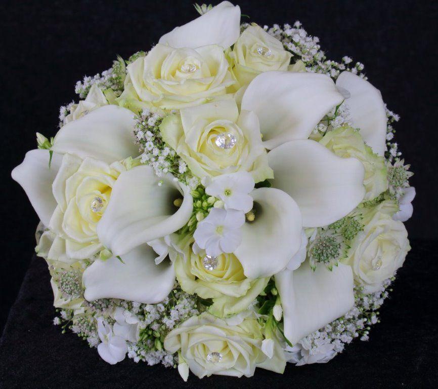 Weisse Calla Mit Creme Rosen Und Schleierkraut Mit Perlen Verziert Blumenstrauss Hochzeit Brautstrauss Calla Hochzeit Strauss