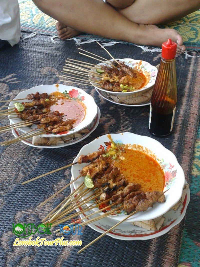 Sate Bulayak Khas Lombok Yang Sangat Gurih Baca Informasi Selengkapnya Yuuk Di Http Lomboktourplus Com Blog Mengenal Tempat Kul Pulau Lombok Makanan Masakan