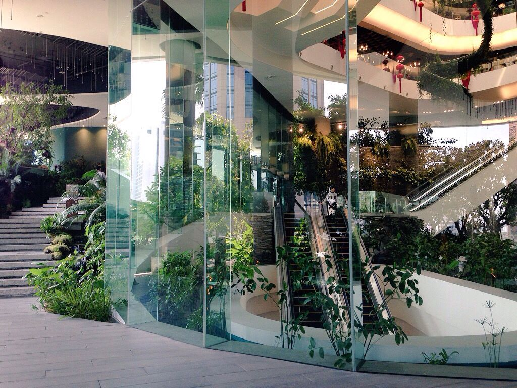 Glass elevator to the rooftop garden space at em quartier for Design hotel quartier 65