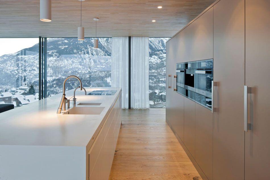 Die Moderne Kuche Ist Mittelpunkt Von Holz Und Glas Zu Hause In Der Schweiz Moderne Kuchenideen