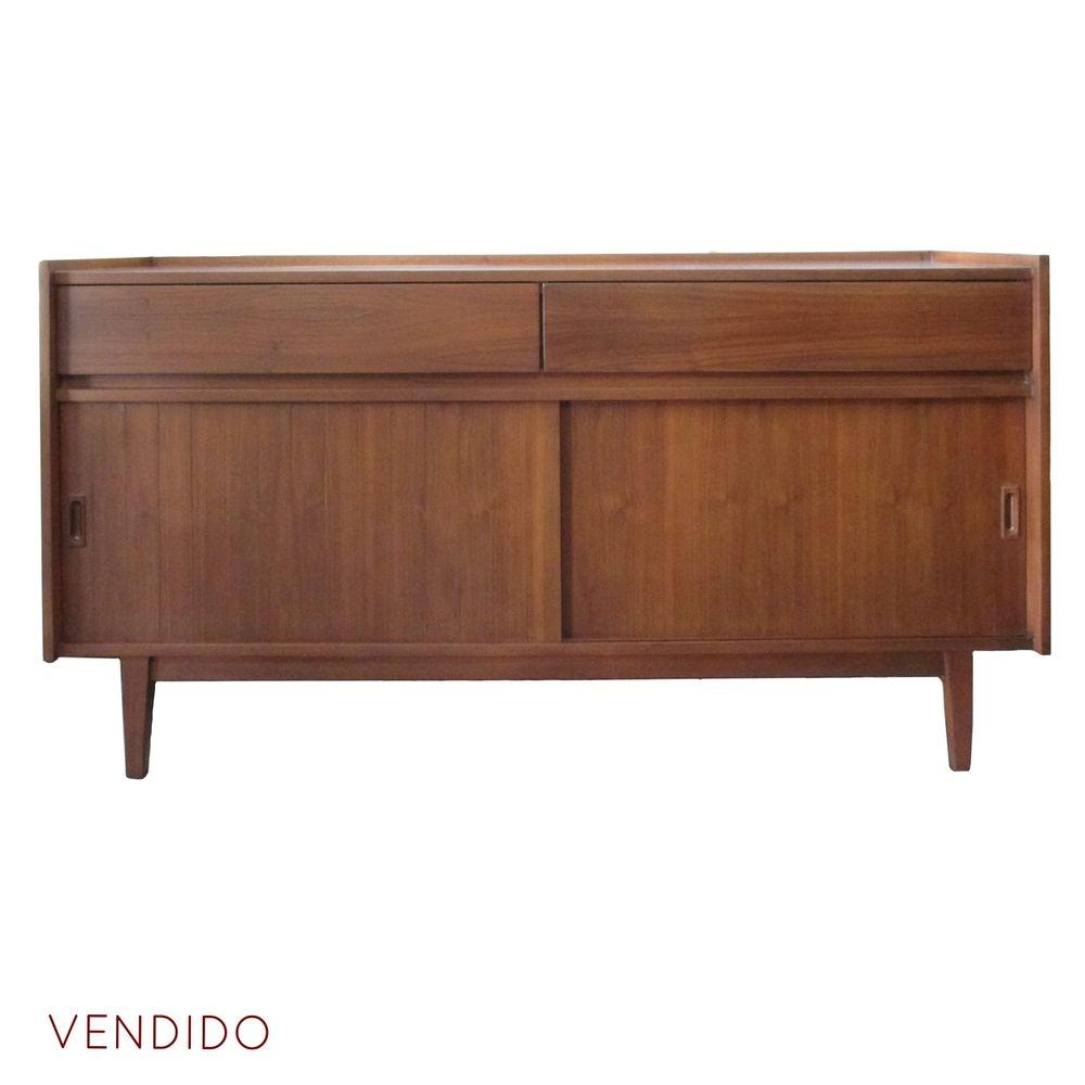 Credenza de Madera 60s  Credenza de madera de caoba con dos cajones y dos puertas corredizas.   Alto: 79 cm   Largo: 149 cm   Ancho: 43 cm