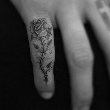 Significado De Los Tatuajes De Rosas Con Espinas Tatuajes De Rosas Pequenos Tatuajes Para La Muneca Tatuajes