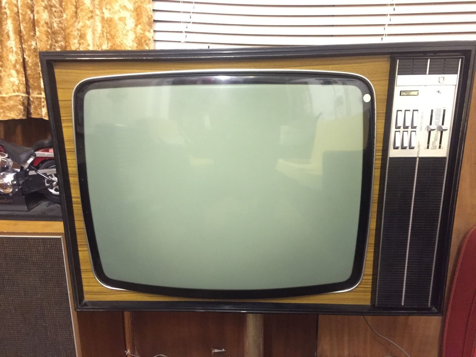 VINTAGE 1970S ULTRA BLACK AND WHITE TELEVISION 1 | TVs in