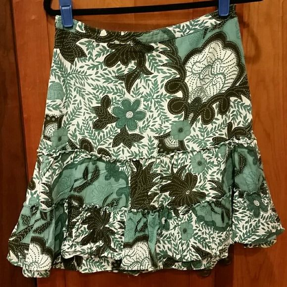 Anne Taylor skirt Confortable, just above knee length. Looks great with just a t and sandals. Anne Taylor Skirts