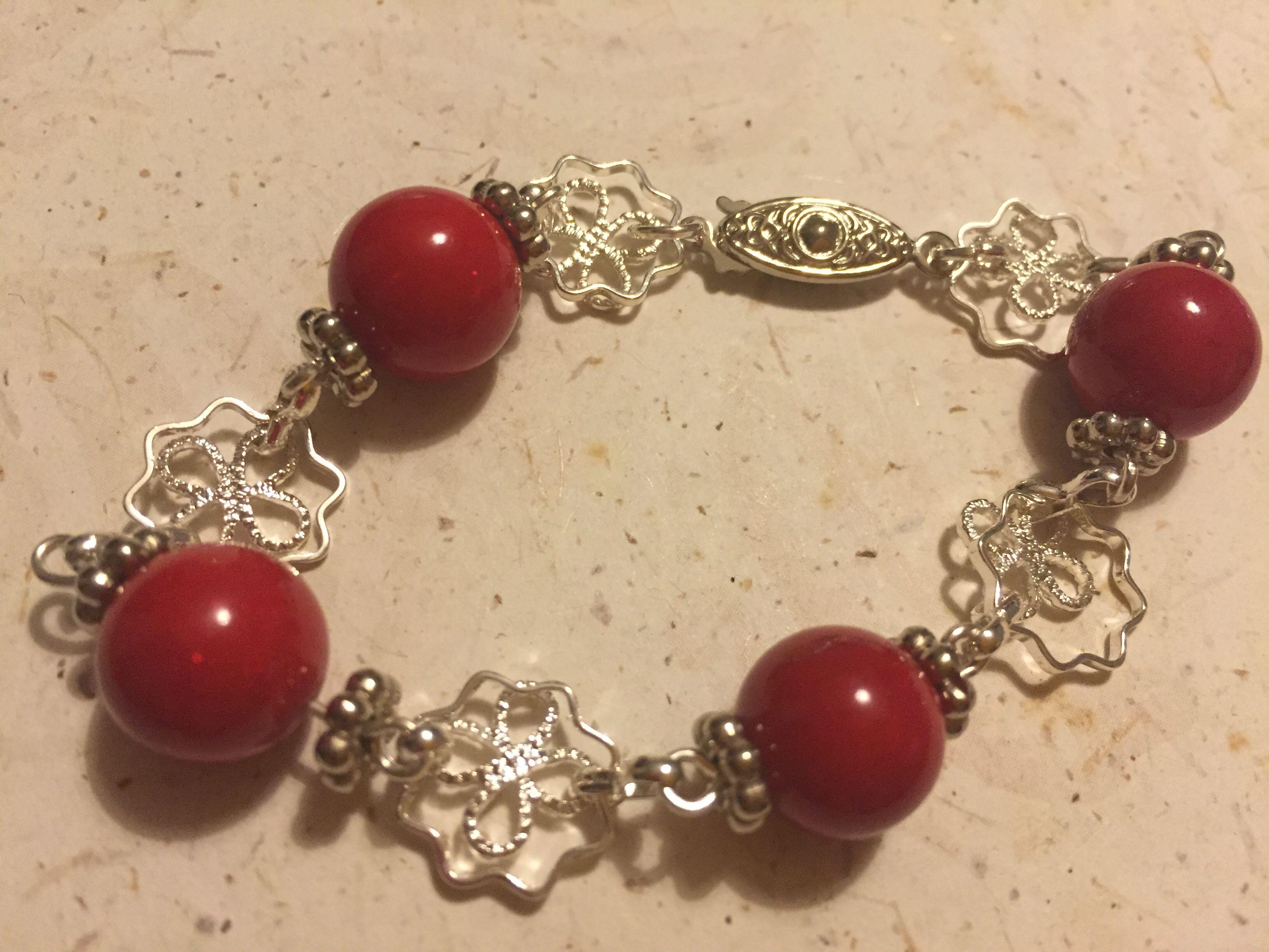 Pulsera de cadena y bolas rojas