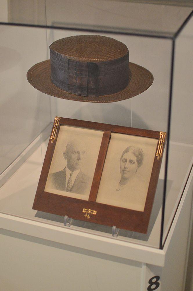 Näyttelyssä on useita vitriinejä, joissa on esillä Turkansaaresta kertovaa esineistöä kuten tämä upea hattu. Luuppi, Oulu (Finland)