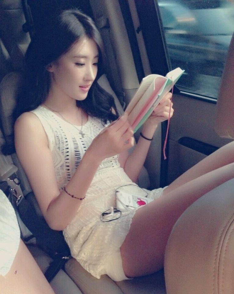 9 Muses Hyuna short shorts reading