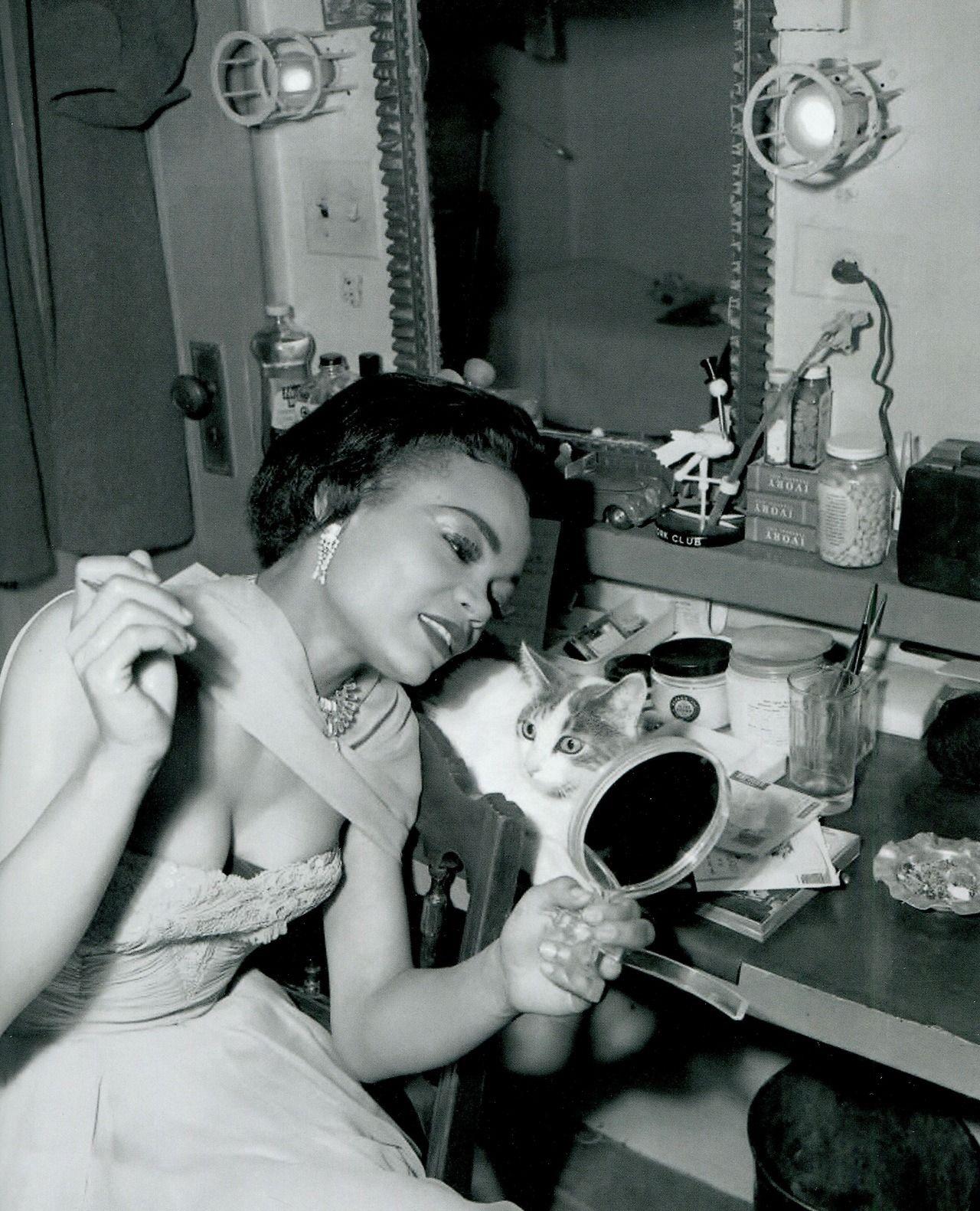 Eartha Kitt With Her Cat Jinx In Her Dressing Room 1953 Eartha Kitt Eartha Vintage Black Glamour