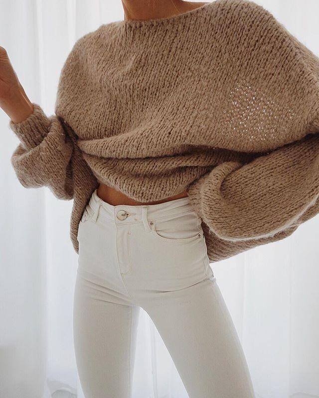 Herfst outfit: Bruine sweater met comfi zwarte broek The