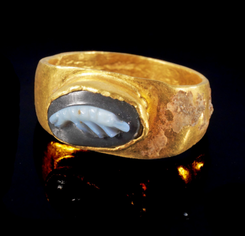 Roman Gold and Agate Cameo Ring Depicting a Shrimp, 2nd Century AD