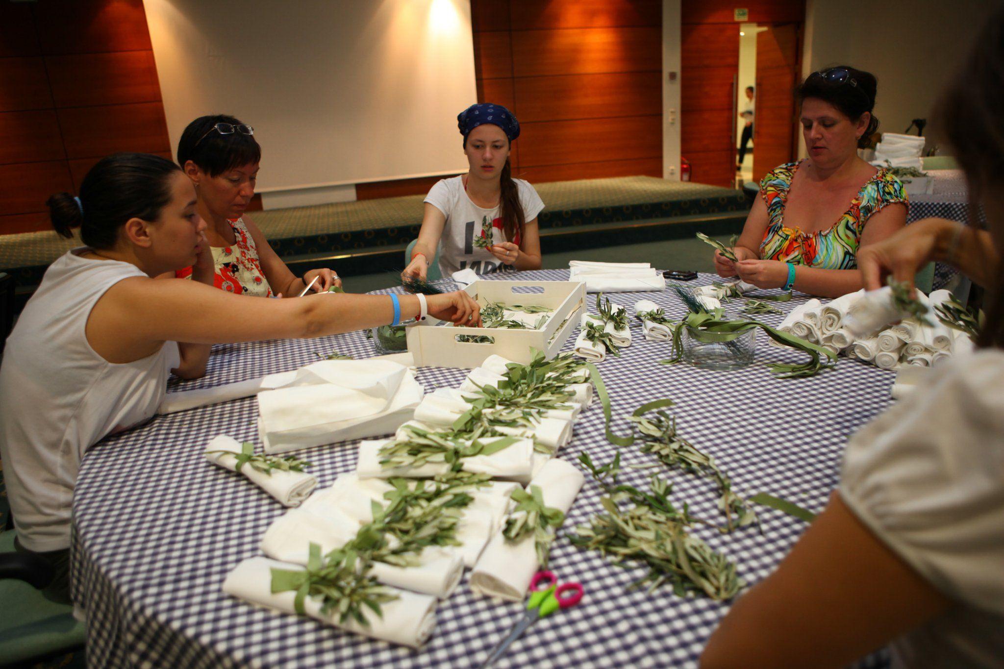 VISION VOYAGE Wedding napkins preparation