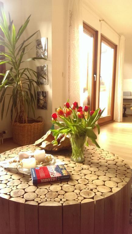 Schöner Holzscheit-Tisch fürs Wohnzimmer #DIY #Tisch #Holzscheit