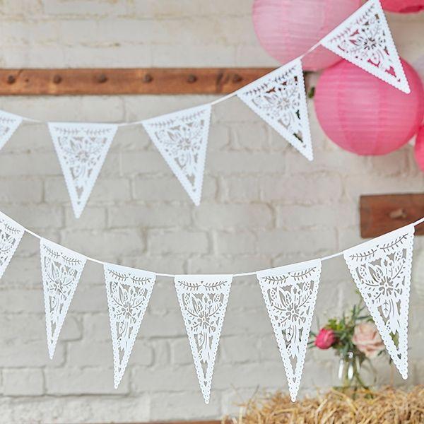 Wimpelkette mit Blütenmuster als Raumdeko. Weiße Spitzengirlande im Bohostil als perfekte Ergänzung für die Hochzeitsdekoration.