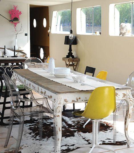 Vivir en un barco. comedor con mesa vintage y sillas louis ghost ...