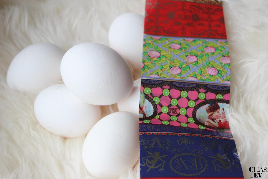 WAS DU BRAUCHST: weiße Eier, Osterfolien in verschiedensten Mustern und Formen und einen Kochtopf.