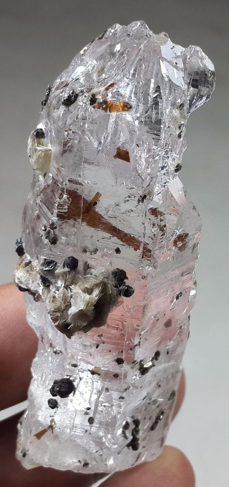 88 GM STUNNING ETCHED CRYSTAL OF QUARTZ WITH INSIDE MICA FROM SKARDU PAKISTAN
