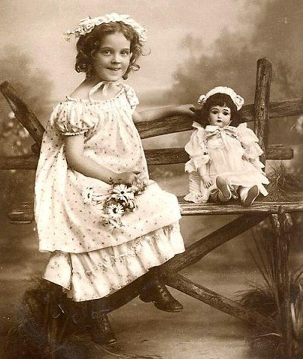Множество винтажных кукол на старинных фотографиях картинки