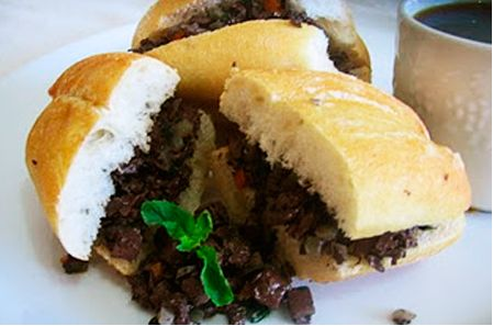 HAMBURGUESA DE SANGRECITA CON ARROZ: Preparación: Poner a remojar los 2/3 de pan rallado con la leche. Lavar y sancochar la sangrecita, luego cortar en cuadraditos. En un tazón mezclar todos los ingredientes (pan remojado, los huevos, la sangrecita, la cebolla y el perejil y sazonar con sal). Formar la hamburguesa y luego pasarlas con el pan rallado y freírlas en aceite muy caliente a fuego moderado (pues siendo la mayor parte de los ingredientes crudos necesitan suficiente tiempo para…