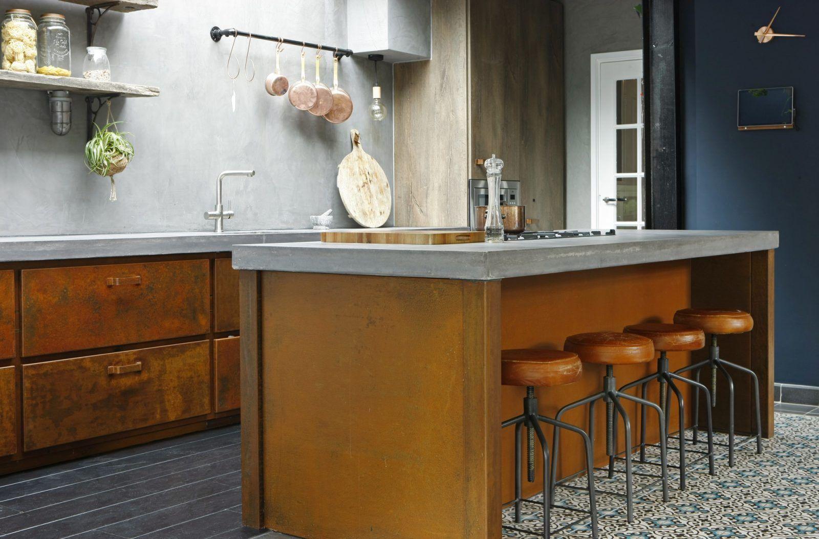 Keuken van geroest staal beton en gerookt eikenhout stoere
